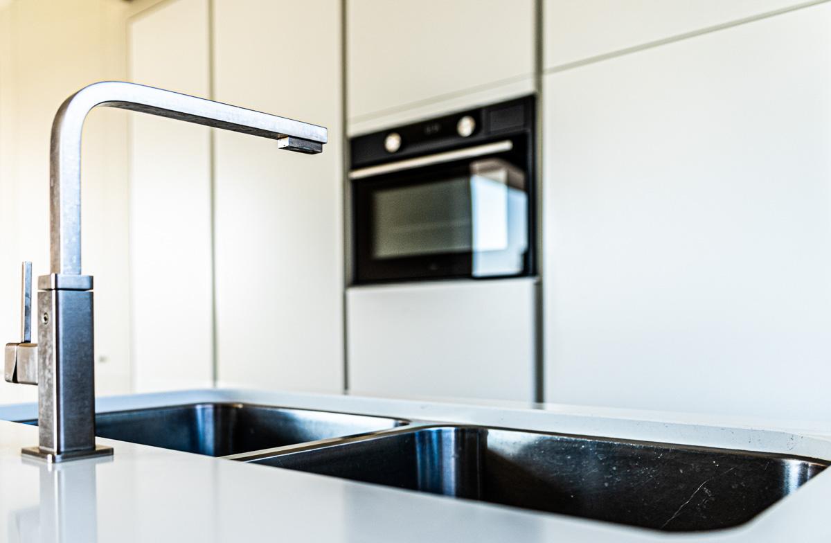 moderne-keuken-mat-grijs-inox-spoelbak